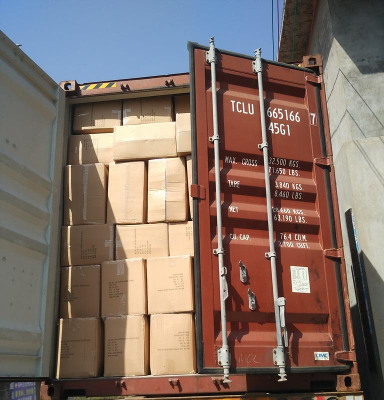 container vol slippers uit te laden